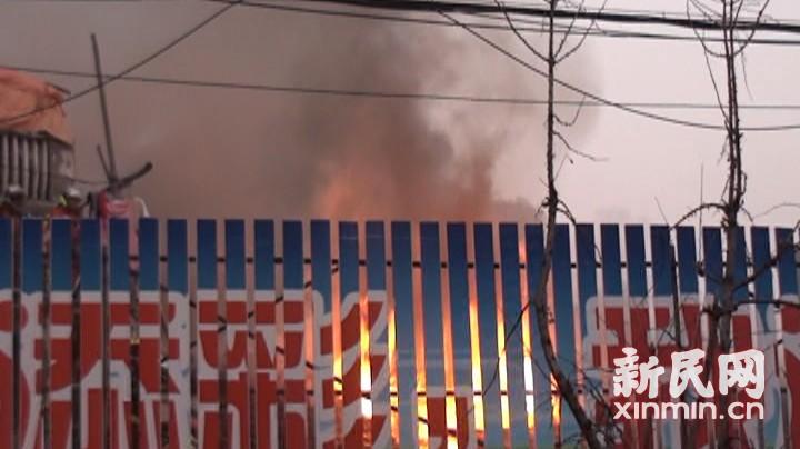 闸北 | 老式砖木民宅起火 4人受伤送医