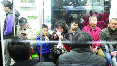 上海地铁车厢禁食首日 四成乘客不知情