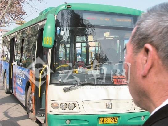发病忍痛 昆明公交好司机将车开到安全地带