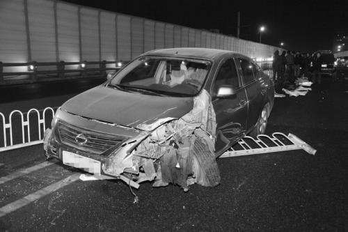 ▲一尼桑轿车失控撞倒隔离护栏.高清图片
