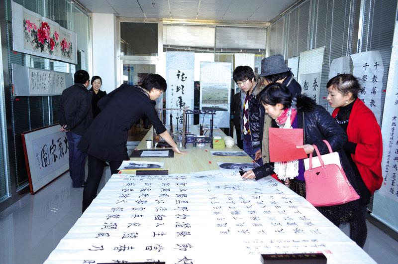 串珠制作品、十字绣、剪纸、布贴画等多种类型,共有185幅作品