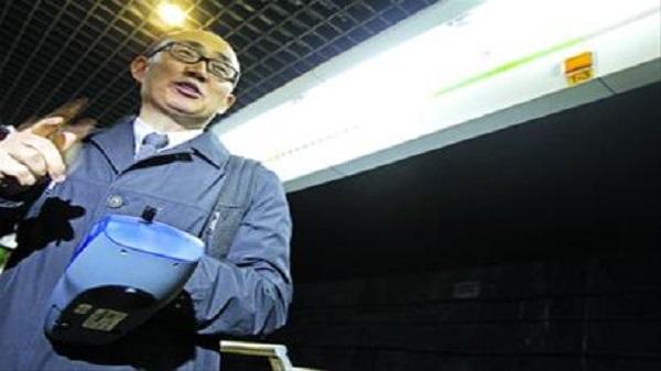 潘石屹现身上海地铁2号线实测PM2.5