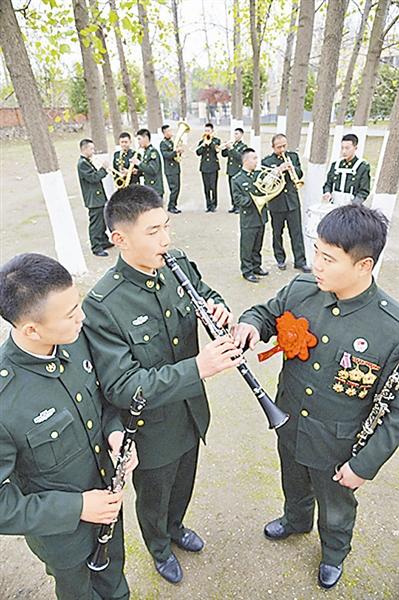军乐队退伍老兵为新队员传帮带.
