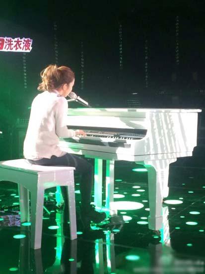 邓紫棋弹钢琴