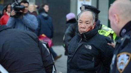 美八旬华裔老人闯红灯遭警察围殴