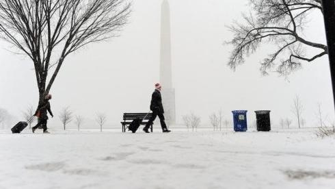暴风雪席卷美国 3000架次航班被迫取消