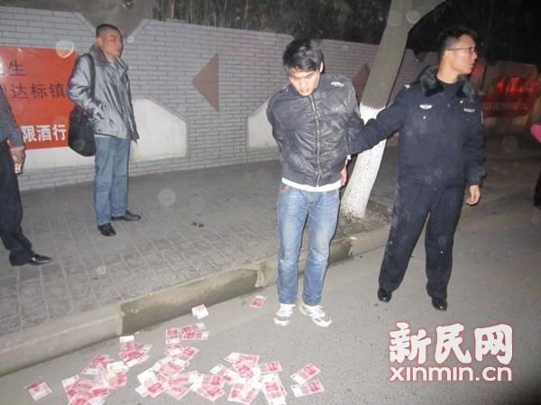 没钱回家过年男子抢劫 遇追捕当街撒钱