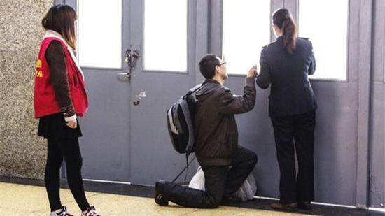 男子乘火车迟到 跪求工作人员上车
