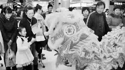 正月初五迎财神 环保新民俗代替放爆竹