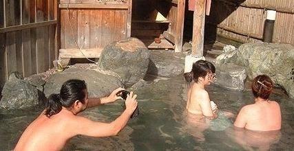 日本混浴盛行 监视器实拍阴阳汤里的裸体男女