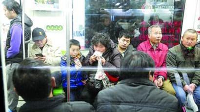 """沪地铁4号线广播喊你""""别在车厢内饮食"""""""