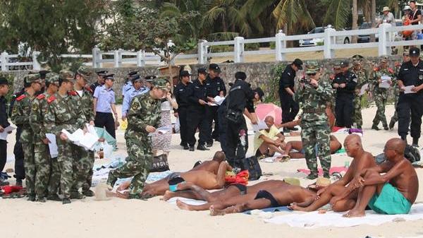 三亚一男子海滩裸晒不听规劝被拘5日