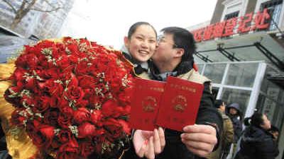 """情人节""""马上结婚"""" 1175对新人扎堆登记"""