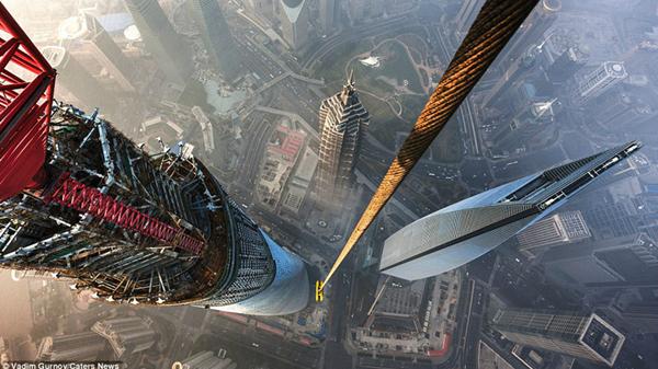 俄攀高狂人:在上海中心塔顶守候18小时