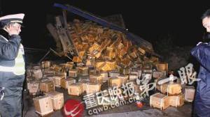 2700瓶茅台散落高速 搬运工闻味醉倒