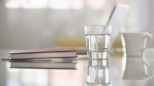 清晨空腹喝淡盐水不如喝白开水