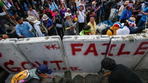 泰国警方突袭示威者营地 逮捕数十人