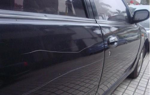 宝山一小区十余辆车被划 警方正调查