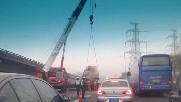 槽罐车撞破高架护栏坠地 司机不幸身亡