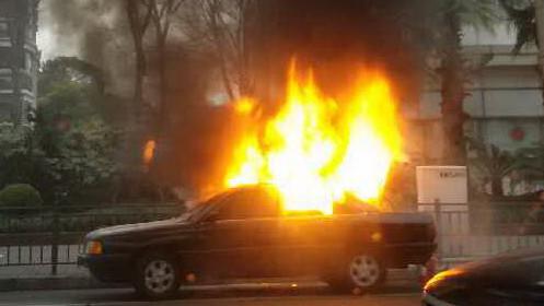 轿车行驶中突自燃 所幸无人员伤亡
