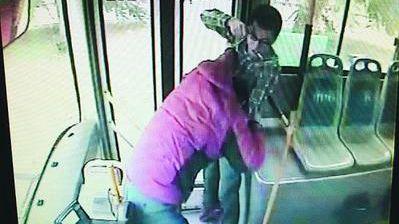石家庄一城管狂殴公交司机被撤职拘留