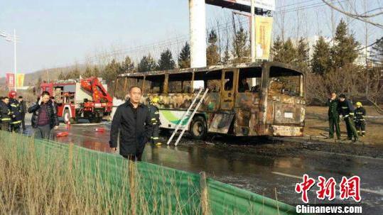 吉林一企业通勤客车失火 致10死17伤