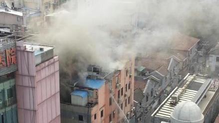 虹口百官街一大楼着火 浓烟包裹楼顶