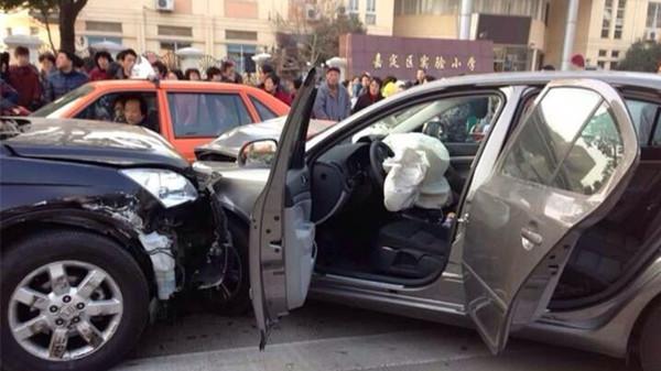 嘉定实验小学门口7车连撞 1人受伤