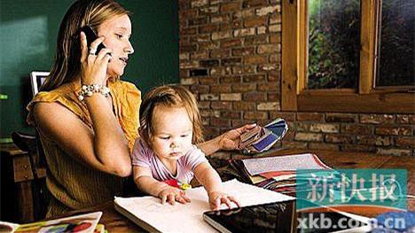 父母沉溺手机 影响亲子关系