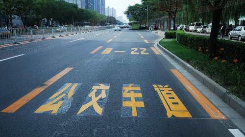 """上海将试点""""全天候""""公交专用道"""
