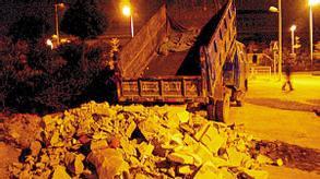 乱倒渣土砖砸城管 两土方车司机被刑拘