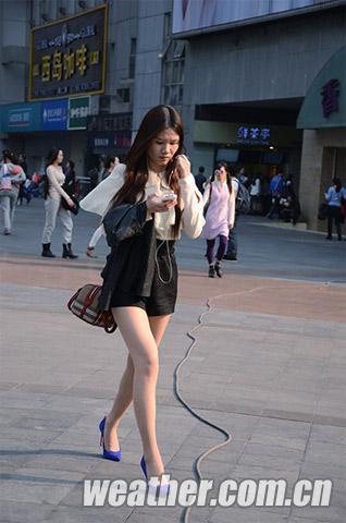 超短包臂裙性感大白腿_柳岩抹胸超短包臀裙秀完美胸线落座忙遮腿防