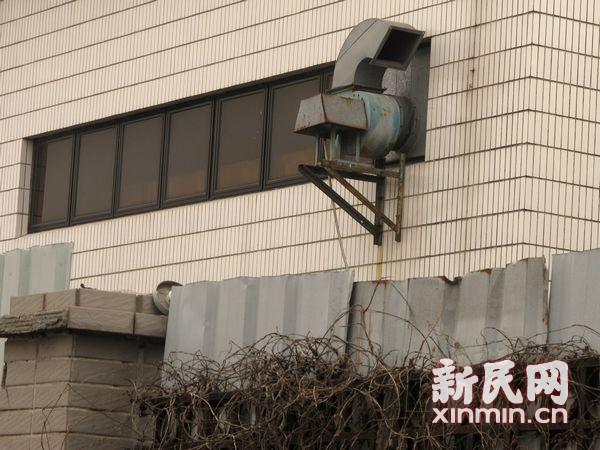 闵行颛桥现异味 疑喷涂电脑外壳产废气