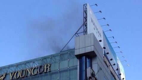 南京东路步行街一餐厅油烟管起火 无伤亡