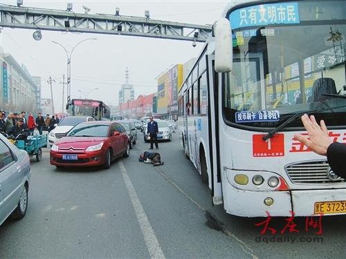 4日15时许,大庆市萨尔图区百货大楼附近,一公交车遭遇一名醉酒高清图片