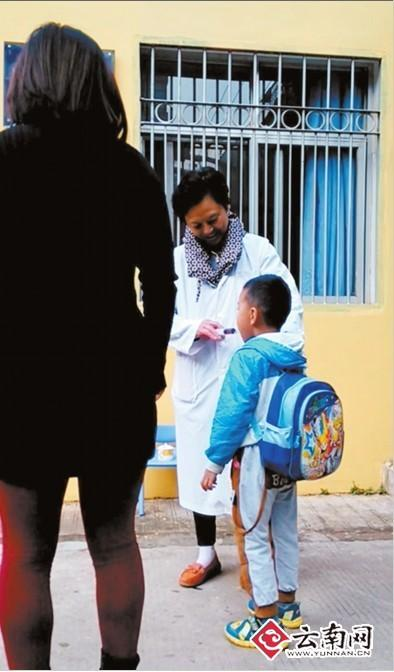 昆明一幼儿园晨检给孩子喷醋 教育局叫停