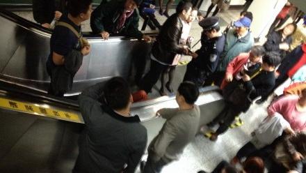 早高峰静安寺地铁电梯逆行 13乘客受伤