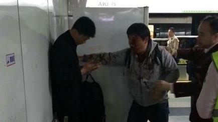 两男子下车碰擦引冲突 血染2号线人民广场站