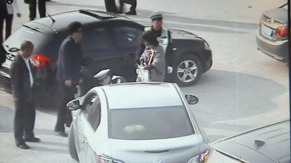 开车扫墓欲插队被阻 男子竟将民警撞倒