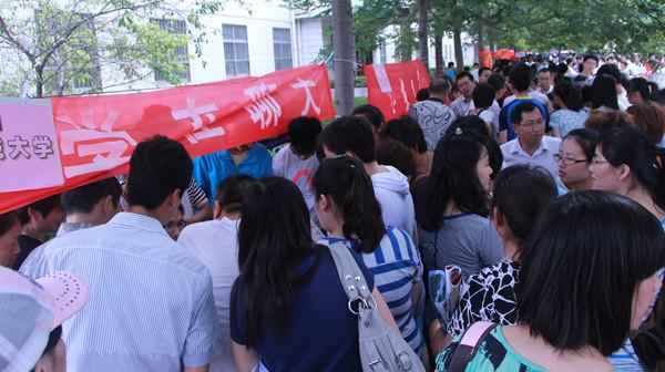 市教委:沪生源考外地高校可不迁户口