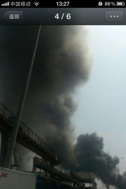 江南造船厂在建货轮起火 数十辆消防车驰援