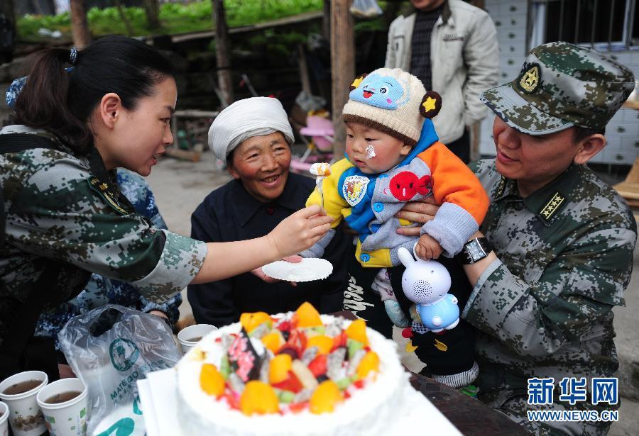 """...震宝宝   \""""为孩子送来早教机、生日蛋糕等礼物提前送上"""