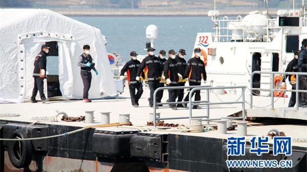 韩国集中搜救沉船客舱 遇难者不断上升