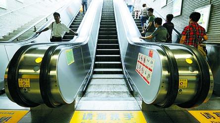 老夫妻自动扶梯上摔倒 地铁运营方:非电梯故障