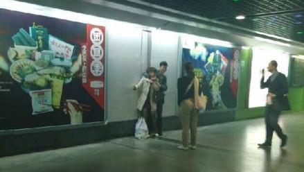 一男子地铁站口挟持女子 称两天没吃饭想坐牢
