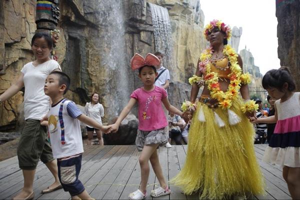 五一高速免费引自驾热 上海欢乐谷迎游客高峰