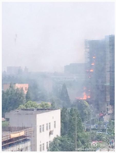 金沙江路一工地起火 高架上可见浓烟滚滚