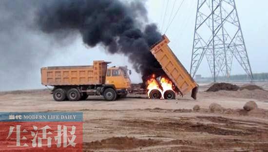 泥头车在高压线下作业 致高压电对地放电跳闸高清图片