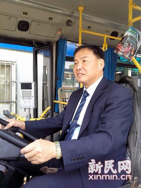 早高峰老人公交车厢晕厥 司乘齐心救援