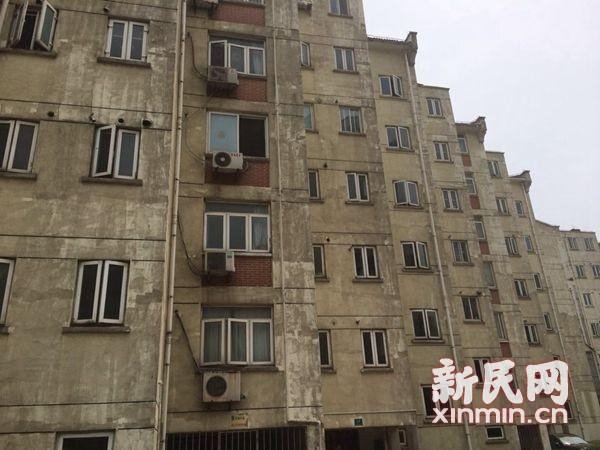 闵行莲浦花苑外墙涂料一年即霉变脱落